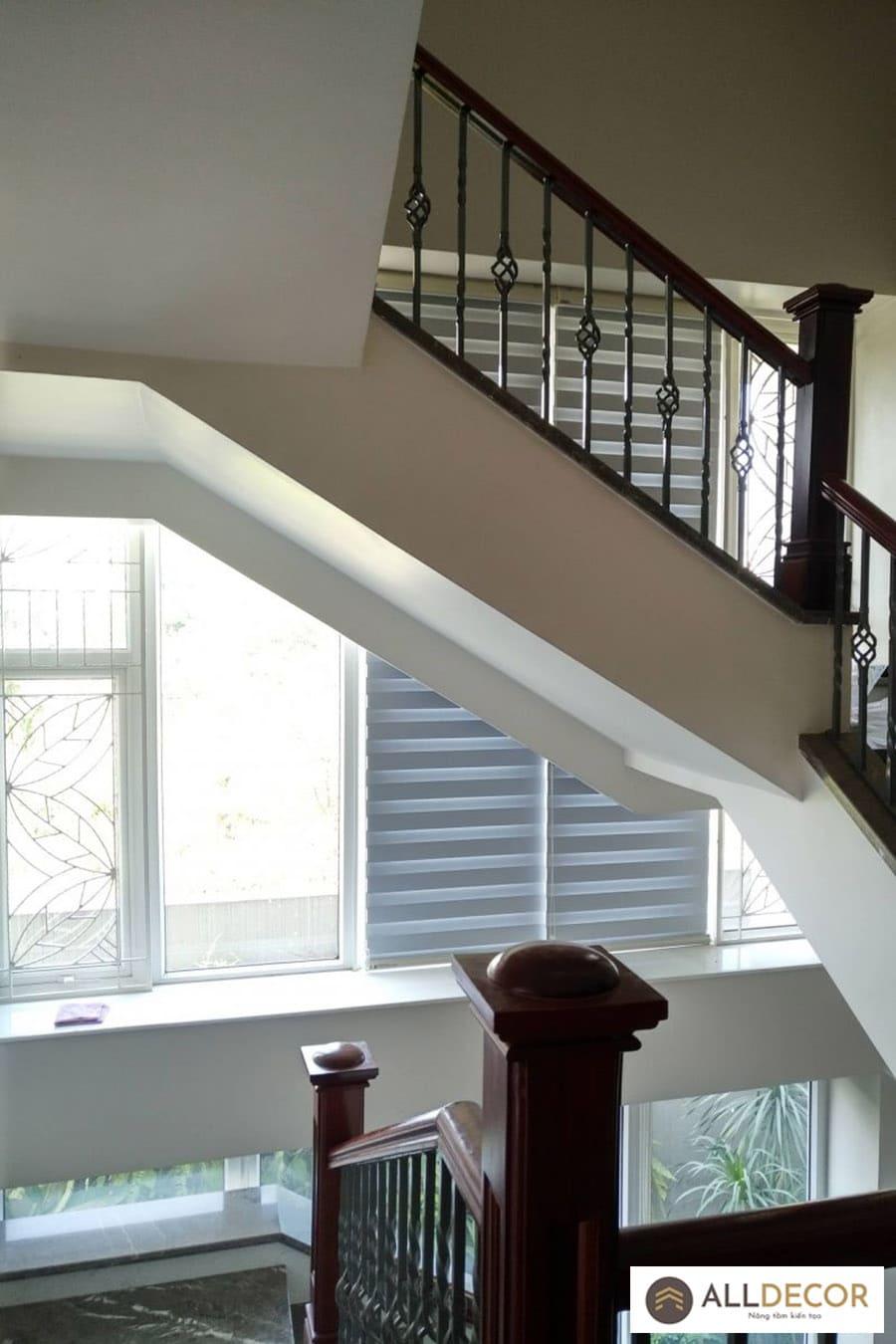rèm cầu vồng lấy ánh sáng ở cầu thang