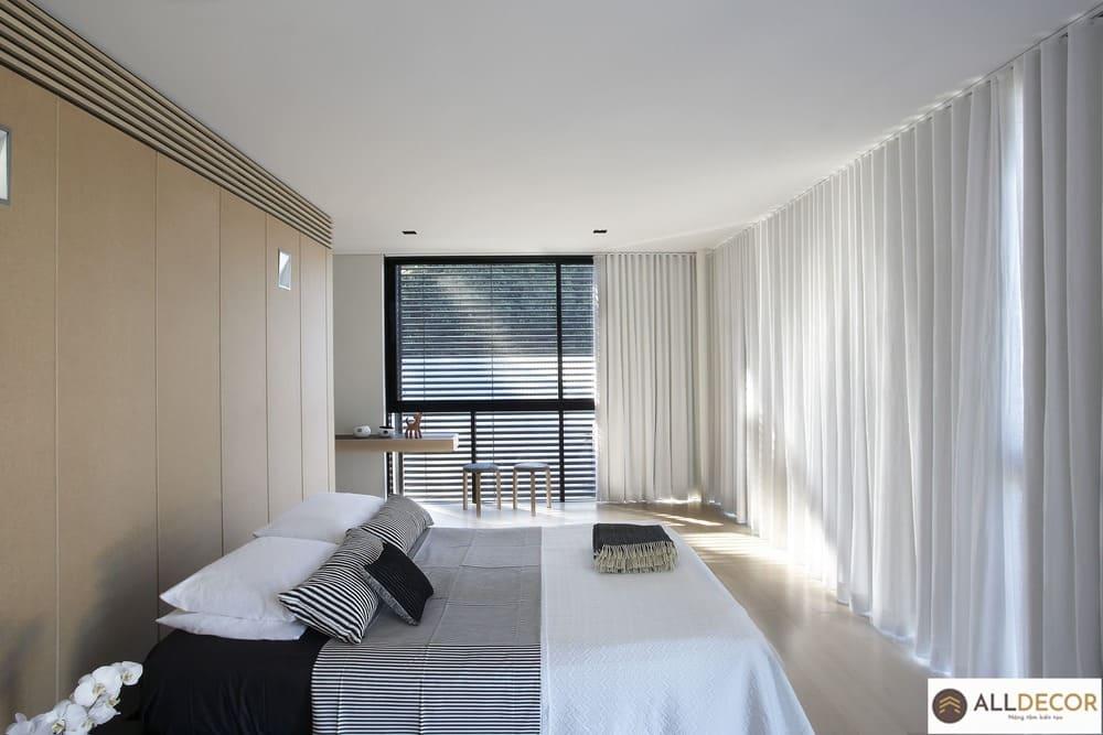 rèm vải kết hợp rèm sáo gỗ phòng ngủ