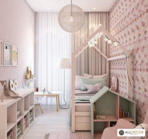 tường màu hồng rèm cửa màu trắng