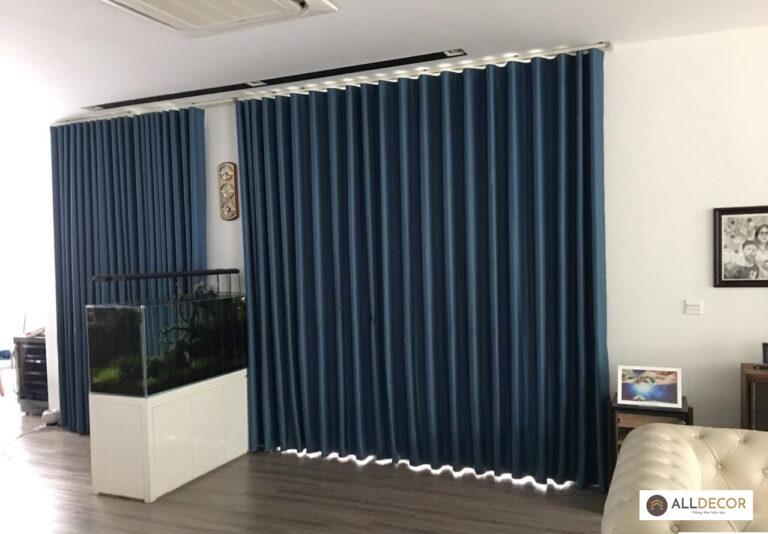 tường màu trắng rèm vải màu xanh