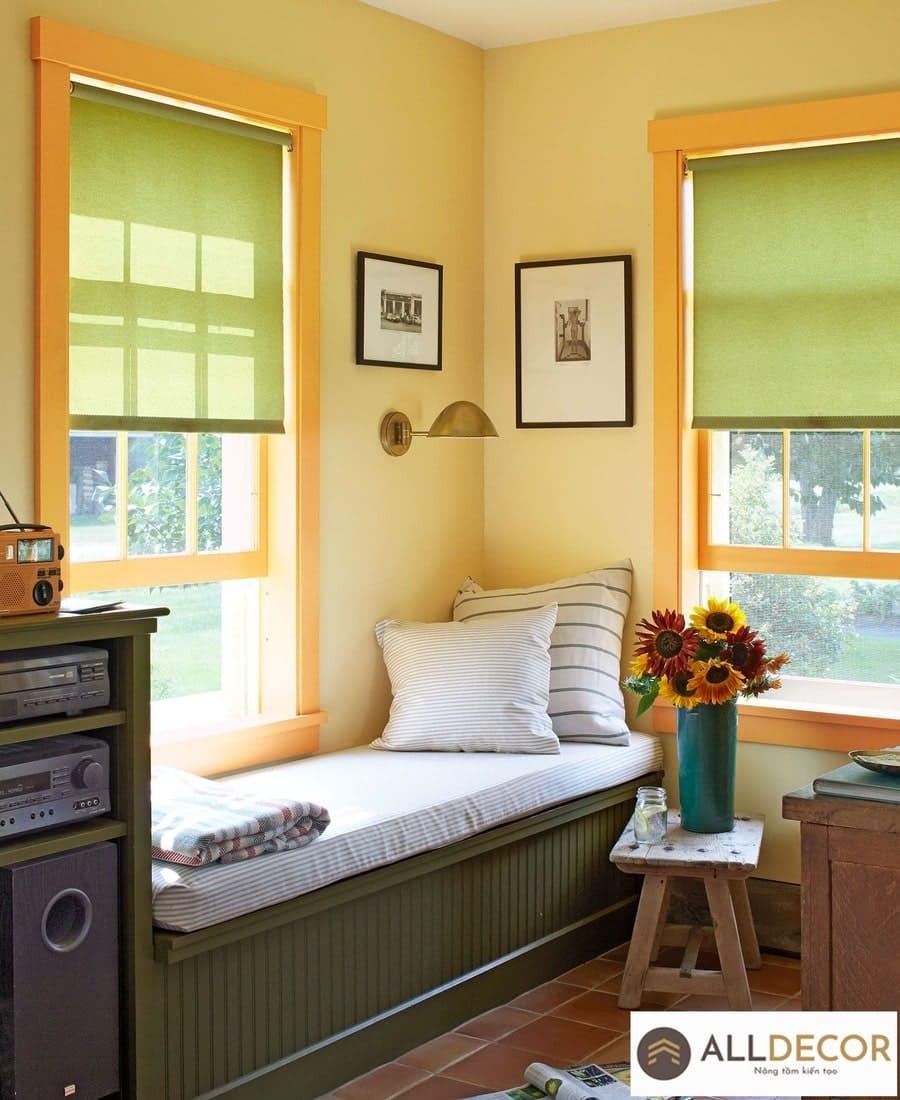 rèm màu xanh cho tường vàng